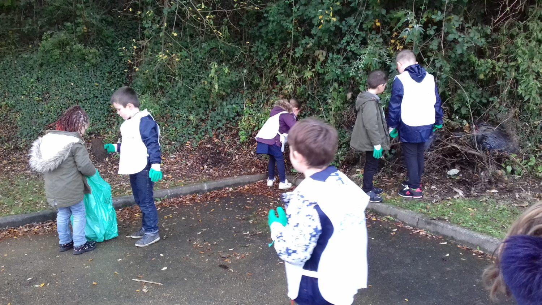 Education à l'environnement: ramassage des déchets près de notre école